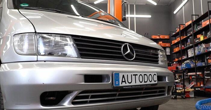 Steg-för-steg-rekommendationer för att byta Mercedes W638 Minibuss 2001 108 D 2.3 (638.164) Huvudstrålkastare på egen hand