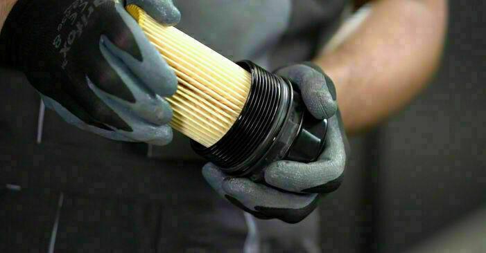 Wie Ölfilter MERCEDES-BENZ C-CLASS (W203) C 180 1.8 Kompressor (203.046) 2001 austauschen - Schrittweise Handbücher und Videoanleitungen