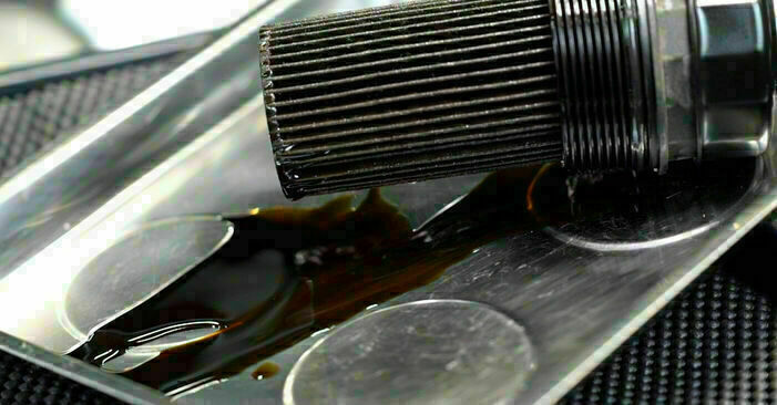 Ölfilter am MERCEDES-BENZ C-CLASS (W203) C 270 CDI 2.7 (203.016) 2005 wechseln – Laden Sie sich PDF-Handbücher und Videoanleitungen herunter