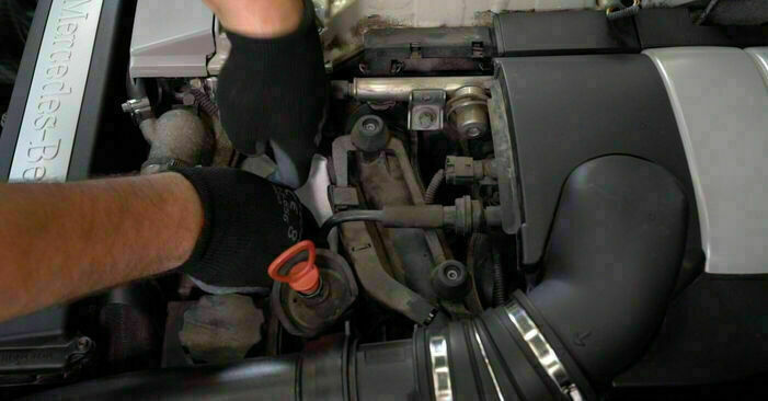 Mennyire nehéz önállóan elvégezni: Mercedes W203 C 200 2.0 Kompressor (203.045) 2006 Olajszűrő cseréje - töltse le az ábrákat tartalmazó útmutatót