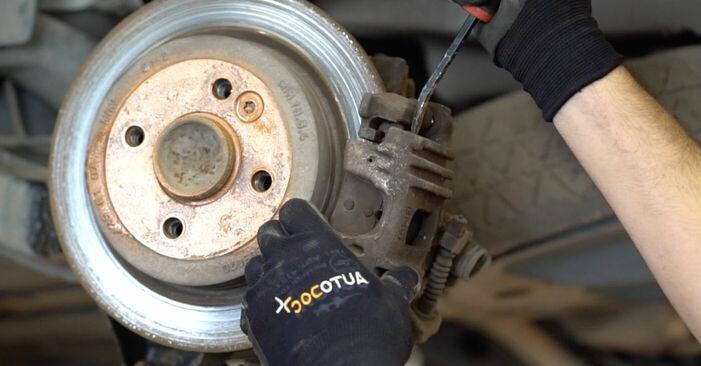 Austauschen Anleitung Bremsscheiben am MINI MINI (R50, R53) 2005 1.6 Cooper selbst