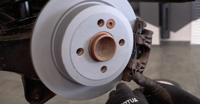 Tausch Tutorial Bremsscheiben am MINI MINI (R50, R53) 2001 wechselt - Tipps und Tricks