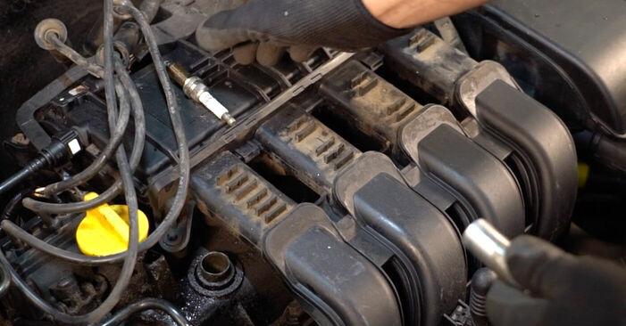 Wie schwer ist es, selbst zu reparieren: Zündkerzen Renault Clio 2 1.6 16V 2004 Tausch - Downloaden Sie sich illustrierte Anleitungen