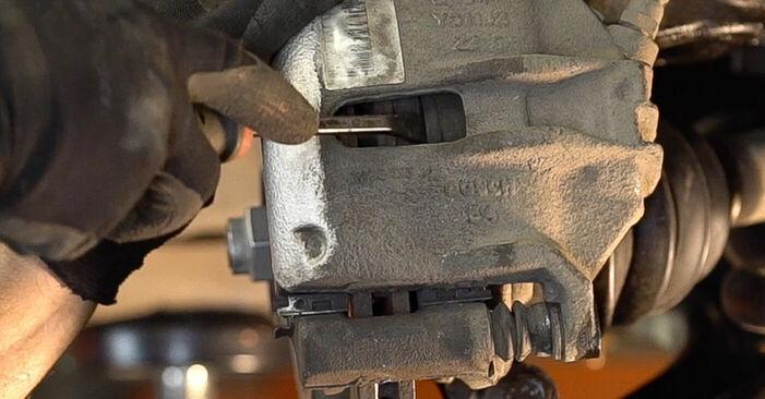 Udskiftning af Bremseskiver på Peugeot 208 1 2013 1.4 HDi ved gør-det-selv indsats