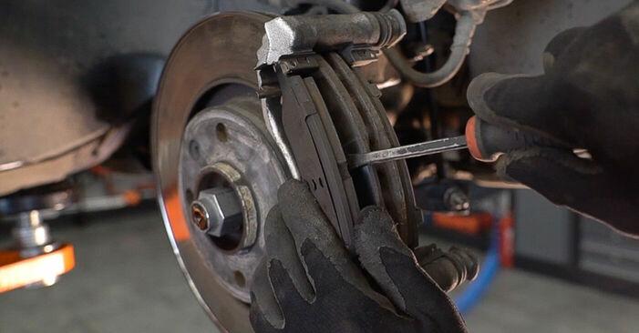 Hvordan man skifter Bremseskiver på PEUGEOT 208 I Hatchback (CA_, CC_) 2015 - råd og tricks