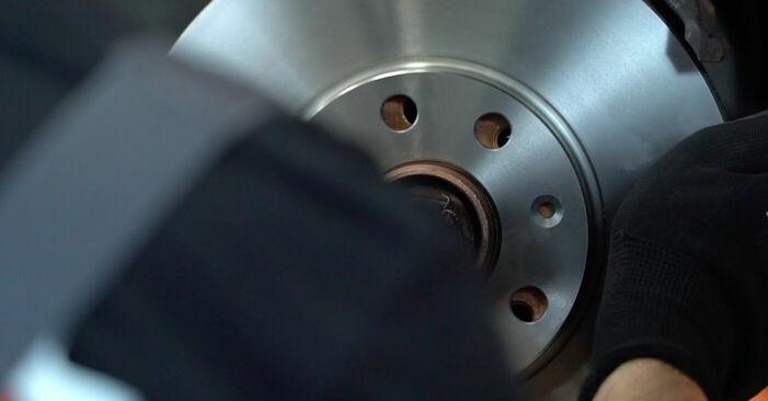 Kā nomainīt OPEL Astra G CC (T98) 1.6 16V (F08, F48) 1999 Bremžu diski - pakāpeniskās rokasgrāmatas un video ceļveži