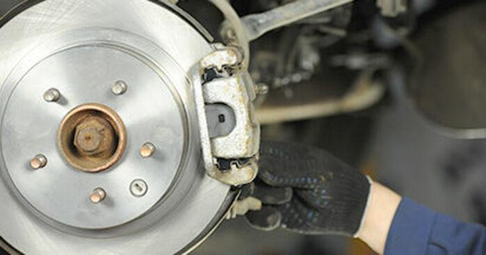 NISSAN X-TRAIL 2.2 Di 4x4 Bremsbeläge ausbauen: Anweisungen und Video-Tutorials online