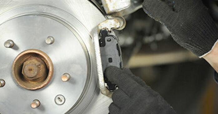 Bremsbeläge beim NISSAN X-TRAIL 2.2 DCi 2008 selber erneuern - DIY-Manual