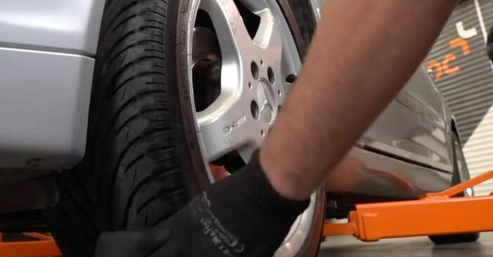 Bremssattel Mercedes W203 C 220 CDI 2.2 (203.008) 2002 wechseln: Kostenlose Reparaturhandbücher