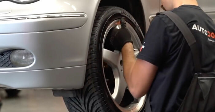 Cómo es de difícil hacerlo usted mismo: reemplazo de Pinzas de Freno en un Mercedes W203 C 200 2.0 Kompressor (203.045) 2006 - descargue la guía ilustrada