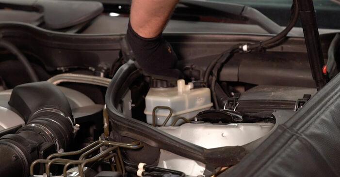 Wie Bremssattel Mercedes W203 C 220 CDI 2.2 (203.006) 2000 tauschen - Kostenlose PDF- und Videoanleitungen