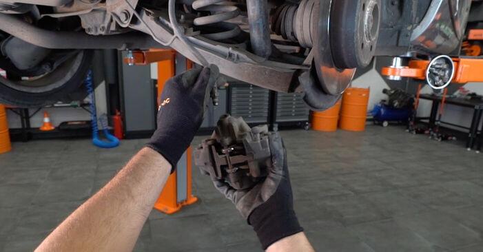 Schritt-für-Schritt-Anleitung zum selbstständigen Wechsel von Mercedes W203 2005 C 200 CDI 2.2 (203.007) Bremssattel