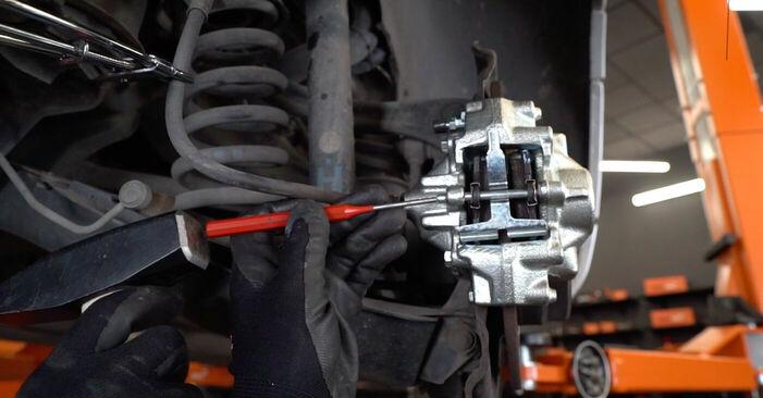 MERCEDES-BENZ C-CLASS C 220 CDI 2.2 (203.006) Bremssattel ausbauen: Anweisungen und Video-Tutorials online