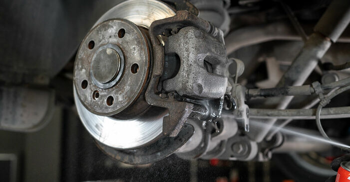 VW CADDY 1.6 TDI Bremssattel ausbauen: Anweisungen und Video-Tutorials online