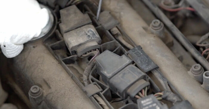 VW CADDY 1.6 TDI Zündkerzen ausbauen: Anweisungen und Video-Tutorials online