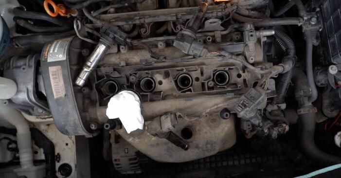 Austauschen Anleitung Zündkerzen am VW Caddy 3 Kombi 2014 1.9 TDI selbst