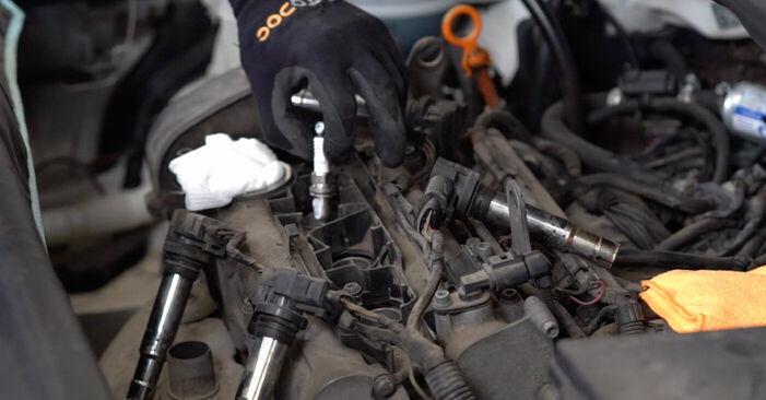 Wie Zündkerzen VW Caddy 3 Kombi 1.9 TDI 2004 tauschen - Kostenlose PDF- und Videoanleitungen