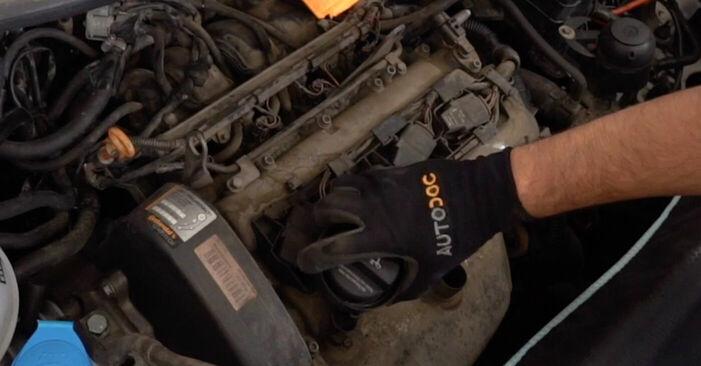 Wie schwer ist es, selbst zu reparieren: Zündkerzen VW Caddy 3 Kombi 2.0 SDI 2010 Tausch - Downloaden Sie sich illustrierte Anleitungen