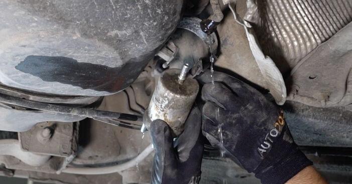 Cik grūti ir veikt Degvielas filtrs nomaiņu VW Caddy 3 Universālis 2.0 SDI 2010 - lejupielādējiet ilustrētu ceļvedi