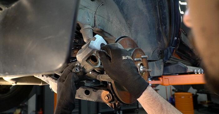Byt TOYOTA RAV4 2.2 D 4WD (ALA30_) Bromsskivor: guider och videoinstruktioner online