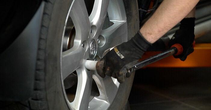 Wie schwer ist es, selbst zu reparieren: Bremsbeläge Toyota RAV4 III 2.0 4WD 2011 Tausch - Downloaden Sie sich illustrierte Anleitungen