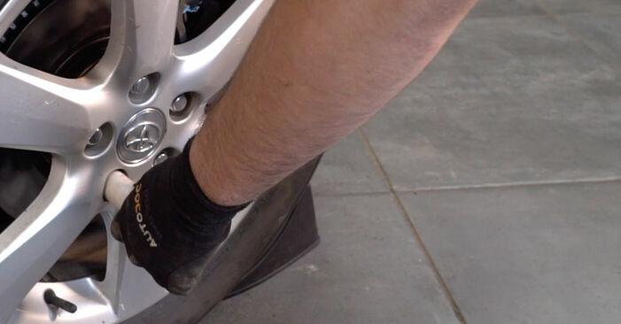 Смяна на Накрайник на напречна кормилна щанга на Toyota RAV4 III 2006 2.2 D 4WD (ALA30_) самостоятелно
