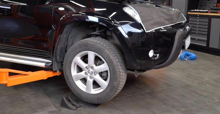 Смяна на Toyota RAV4 III 2.0 4WD (ACA30_) 2007 Накрайник на напречна кормилна щанга: безплатни наръчници за ремонт