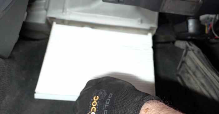 Cik grūti ir veikt Salona filtrs nomaiņu Volvo V70 SW 2.4 D 2005 - lejupielādējiet ilustrētu ceļvedi