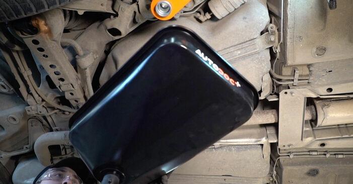 Kā nomainīt VOLVO V70 II (SW) 2.4 2000 Degvielas filtrs - pakāpeniskās rokasgrāmatas un video ceļveži