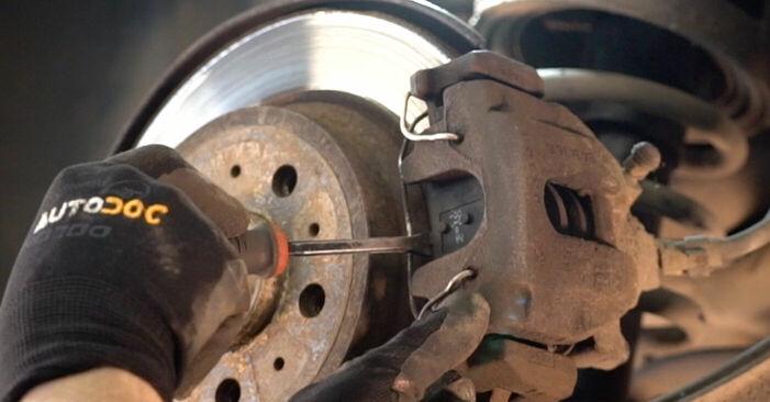 VOLVO V70 2.4 T Bremsscheiben ausbauen: Anweisungen und Video-Tutorials online