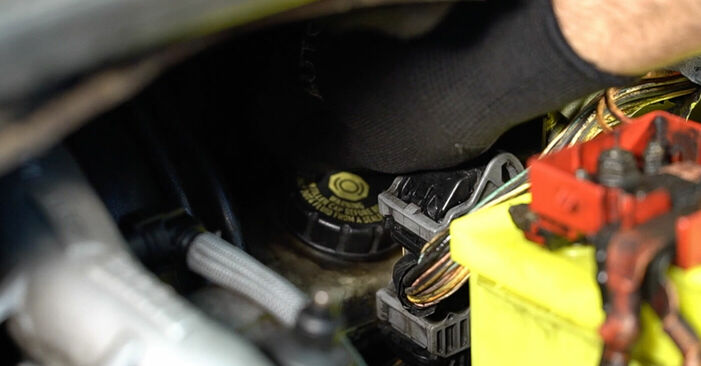 Bremsbeläge am RENAULT SCÉNIC II (JM0/1_) 2.0 dCi 2008 wechseln – Laden Sie sich PDF-Handbücher und Videoanleitungen herunter
