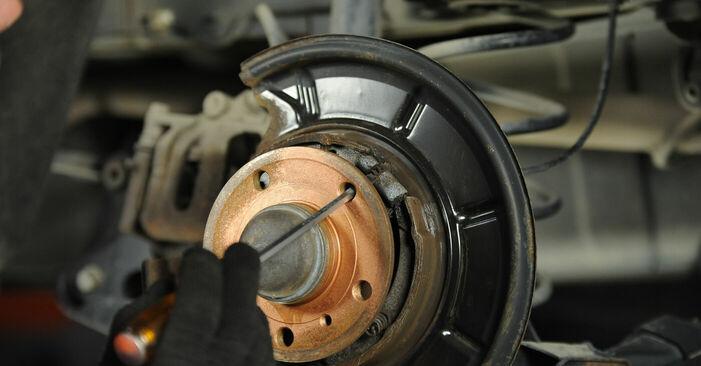 Wie Bremsscheiben MERCEDES-BENZ A-CLASS (W169) A 150 1.5 (169.031, 169.331) 2005 austauschen - Schrittweise Handbücher und Videoanleitungen