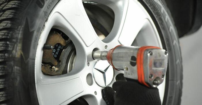 Bremsbeläge Mercedes W169 A 170 1.7 (169.032, 169.332) 2006 wechseln: Kostenlose Reparaturhandbücher