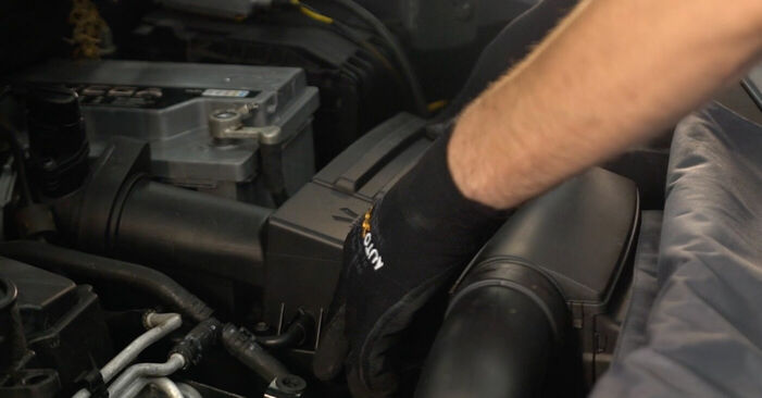 VW TOURAN 2.0 TDI Zracni filter menjava: spletni vodniki in video vodiči