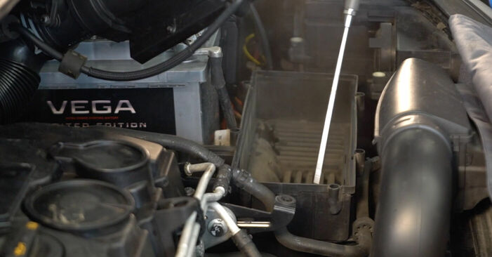 Kako težko to naredite sami: Zracni filter zamenjava na Touran 1t1 1t2 1.9 TDI 2009 - prenesite slikovni vodnik