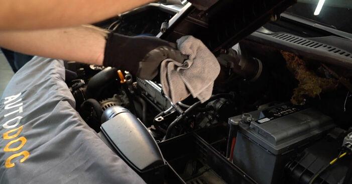 VW TOURAN 2010 Zracni filter priročnik za zamenjavo s koraki