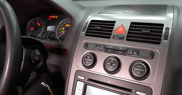 Kaip pakeisti VW TOURAN (1T1, 1T2) 2007 Oro filtras, keleivio vieta - patarimai ir gudrybės