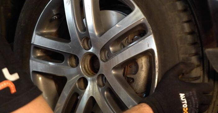 Wie man VW TOURAN (1T1, 1T2) 1.9 TDI 2004 Bremsscheiben austauscht - Schrittweise Handbücher und Videowegleitungen