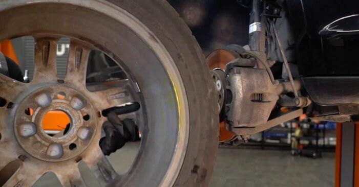 Wie man Bremsscheiben am VW TOURAN (1T1, 1T2) 2008 wechselt – Laden Sie sich PDF-Wegleitungen und Videoanweisungen herunter