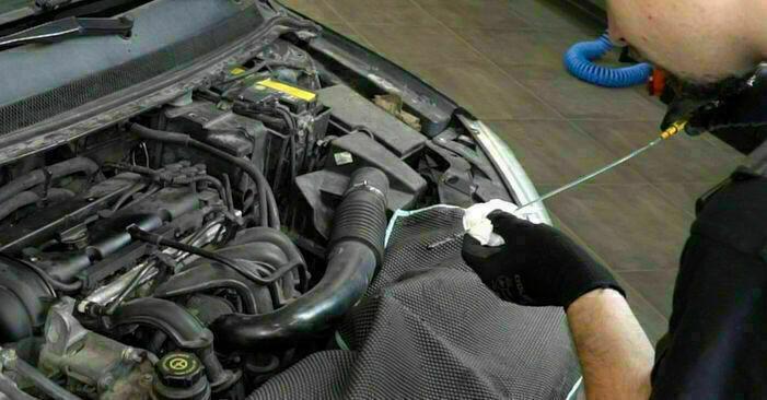 Ölfilter Ihres Ford Focus mk2 Limousine 1.6 TDCi 2012 selbst Wechsel - Gratis Tutorial