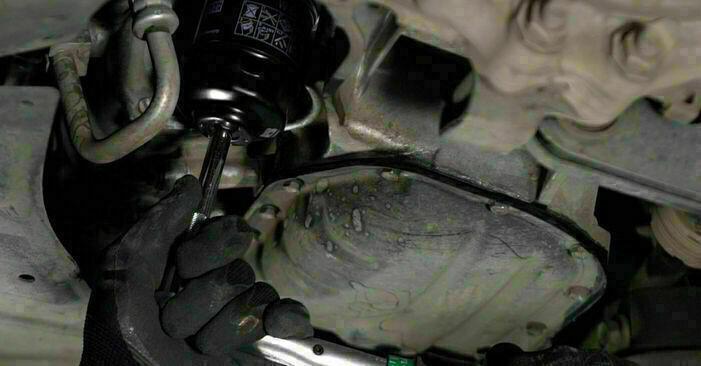 Steg-för-steg-rekommendationer för att byta Toyota Prius 2 2003 1.5 (NHW2_) Oljefilter på egen hand