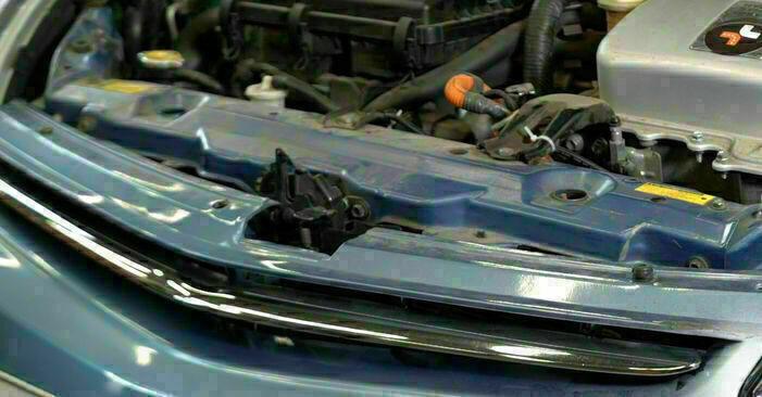 Byt PRIUS Hatchback (NHW20_) 1.5 (NHW2_) 2001 Oljefilter – gör det själv med verkstadsmanual
