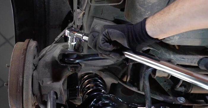 Tausch Tutorial Querlenker am FORD Focus II Limousine (DB_, FCH, DH) 2007 wechselt - Tipps und Tricks