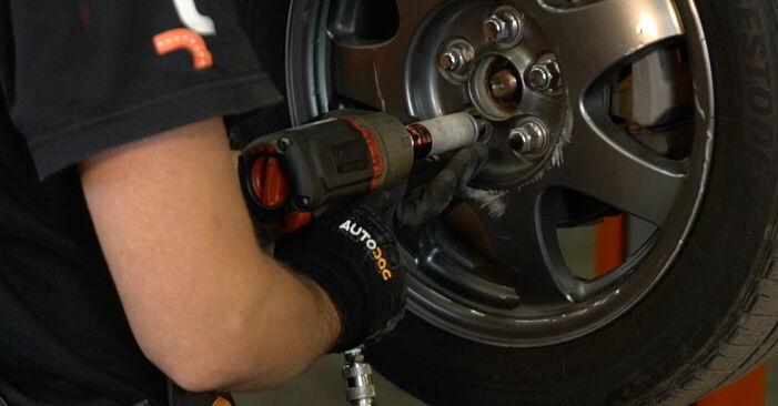 Byt Stabilisatorstag på TOYOTA PRIUS Hatchback (NHW20_) 1.5 Hybrid (NHW2_) 2003 själv