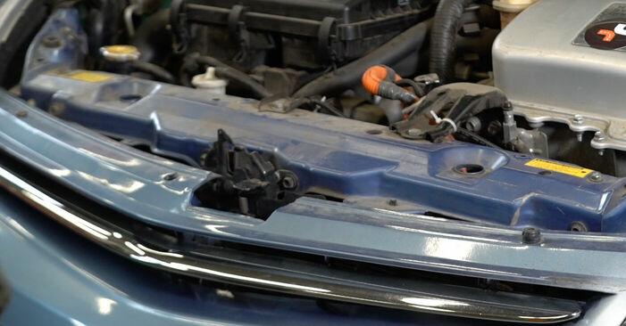 Så byter du TOYOTA PRIUS Hatchback (NHW20_) 1.5 (NHW2_) 2001 Multirem – manualer och videoguider att följa steg för steg