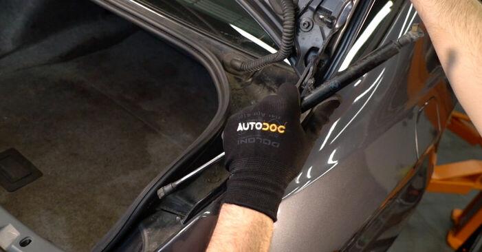Wechseln Heckklappendämpfer am BMW 3 Coupe (E92) 330d 3.0 2007 selber