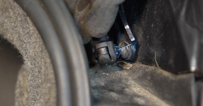 Heckklappendämpfer beim BMW 3 SERIES 325d 3.0 2011 selber erneuern - DIY-Manual