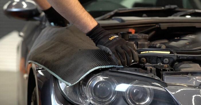 Wie Bremsbeläge BMW 3 Coupe (E92) 320d 2.0 2005 austauschen - Schrittweise Handbücher und Videoanleitungen