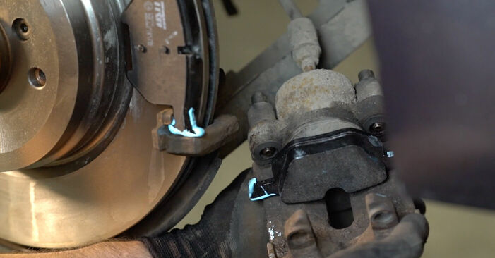 Wie BMW 3 SERIES 325i 2.5 2008 Bremsbeläge ausbauen - Einfach zu verstehende Anleitungen online