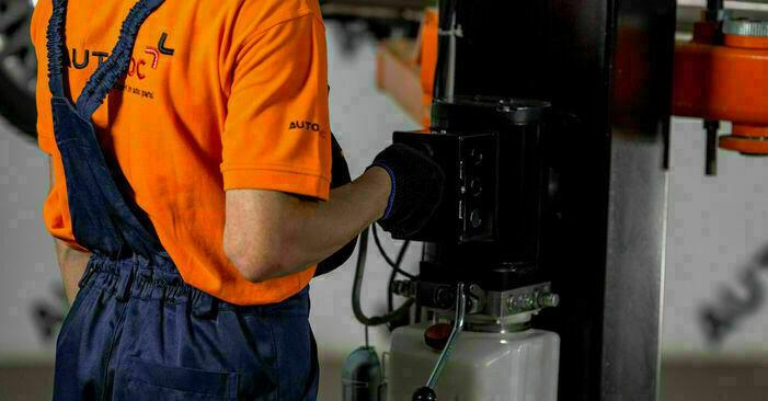 Wie Ölfilter Toyota Yaris p1 1.0 (SCP10_) 1999 tauschen - Kostenlose PDF- und Videoanleitungen